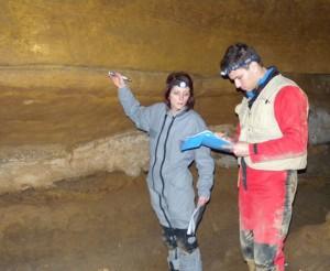 Raphaelle et Stephane décrivant le grand panneau de la salle au pilier