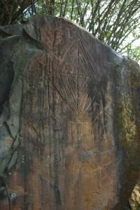 Anthropomorphe de la partie droite des blocs ; sous la figure, le trait horizontal associé à la série de traits verticaux est parfois interprété comme un calimbé, pièce vestimentaire similaire à un pagne.