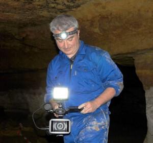 Marc Azéma dans la grotte des Fraux