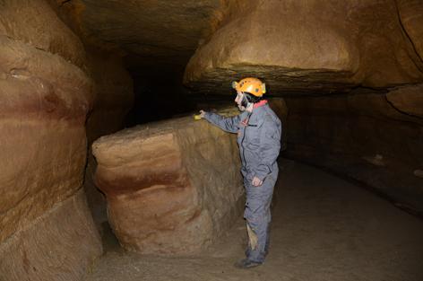Delphine Lacanette pose un capteur de température dans le secteur 12 de la grotte des Fraux