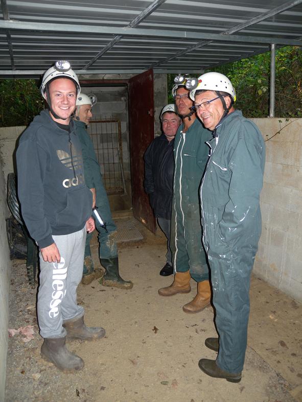 Un premier groupe d'élus de la communauté de communes prêts à descendre dans la grotte des Fraux